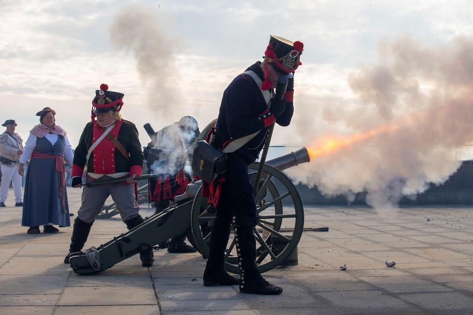 """Als Soldaten der französischen Artillerie um die Zeit von Napoleon verkleidete Hobby-Kanoniere feuern ihre Geschütze ab. Zum """"Kanonendonner über dem Elbtal"""" sind sie mit verschiedenen Nachbauten von Kanonen in historischer Kleidung angereist."""