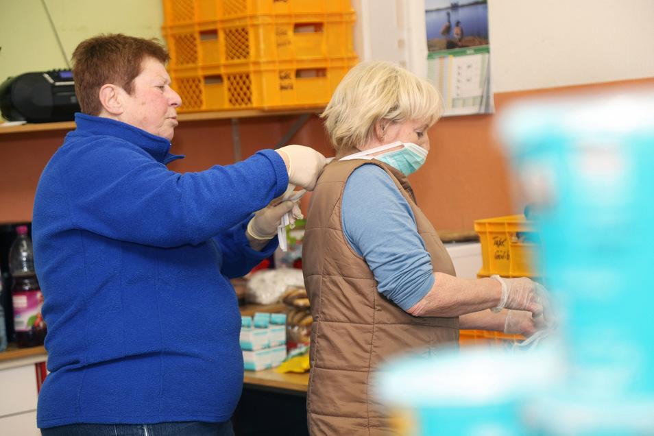 Die ehrenamtlichen Helfer legen den Mundschutz an. Hygiene und Sicherheit haben oberste Priorität.