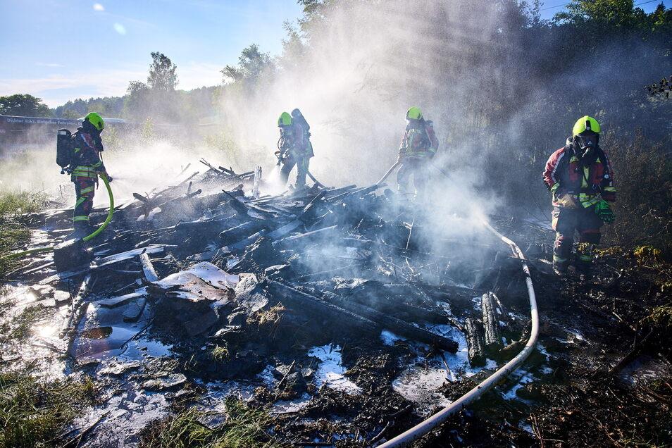 Sieht schlimmer aus als es war: Der Feuerwehr gelang es, den brennenden Holzhaufen zu löschen.
