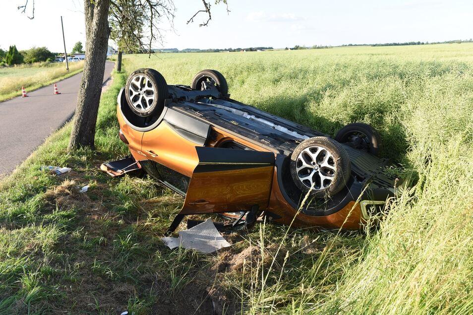 Der Renault landete nach dem Zusammenstoß auf dem Dach im Feld. Zwei Menschen mussten aus ihm befreit werden.