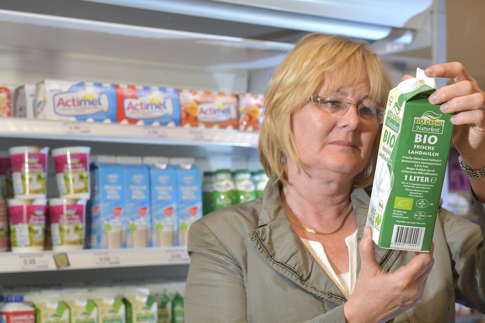 Birgit Brendel von der Verbraucherzentrale Sachsen prüft, woher die Milch im Konsum Dresden stammt.