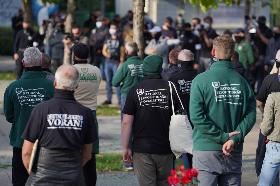 """Die rechtsextreme Kleinstpartei """"Der III. Weg"""" - hier bei einer Demo in Sachsen - hatte die Plakate aufgehängt."""