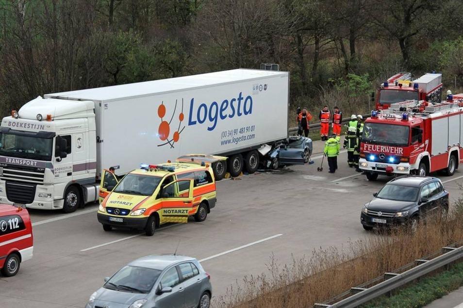 Die Freiwilligen Feuerwehren Nossen und Deutschenbora rückten an, um den eingeklemmten Fahrer (45) und seine Beifahrein (44) aus dem Fahrzeug zu befreien.
