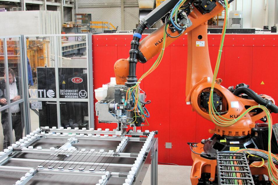 Der Roboter, der das Carbongeflecht für die Nutzung im Beton herstellt.