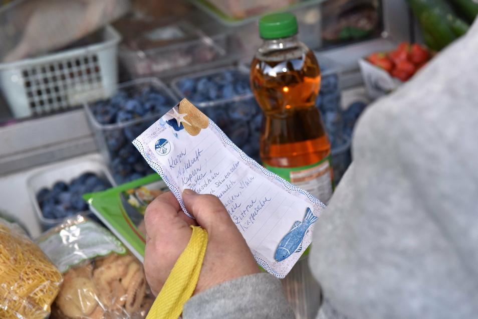 Mehr als zweitausend Artikel sind im rollenden Supermarkt auf Lager. Die Einkaufszettel werden flink abgearbeitet.