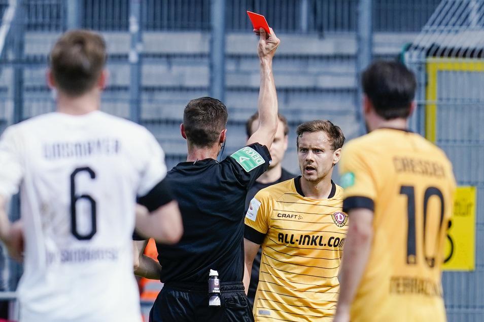 Schiedsrichter Robert Kempter zeigt Dynamos Chris Löwe die Rote Karte.