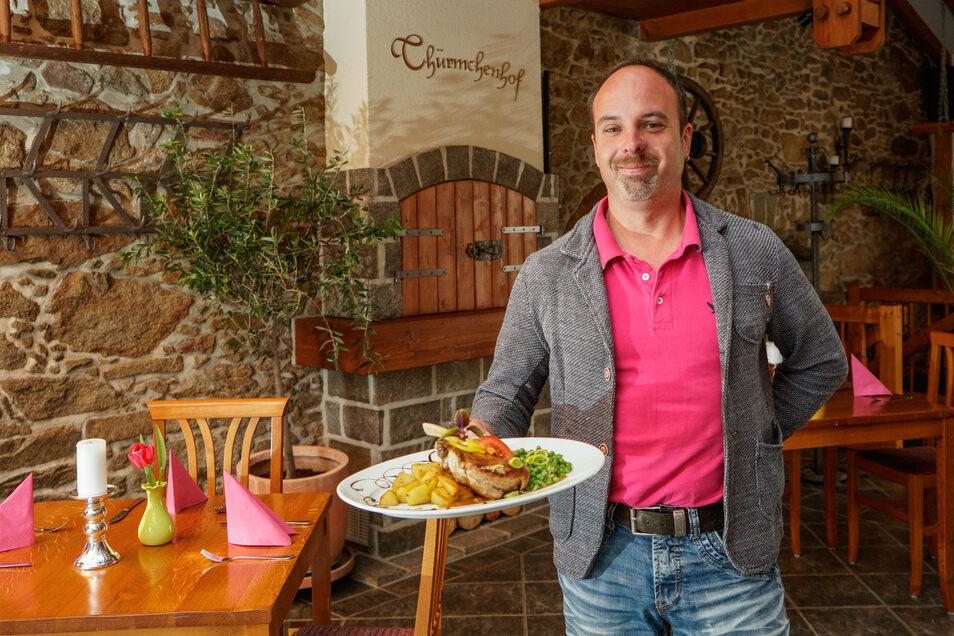 Das Restaurant Thürmchen in Schirgiswalde empfängt ab Montag wieder Gäste - und macht bald eine kulinarische Weltreise möglich. Inhaber Matthias Schulze und sein Team haben sich dafür eine spezielle Speisekarte ausgedacht.