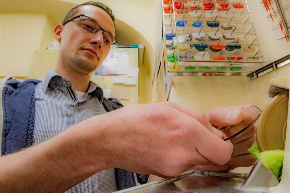 Richard Wolf lernt im zweiten Ausbildungsjahr hier in der Pulsnitzer Filiale von Hahmann-Optik natürlich auch das Schleifen der Brillengläser.