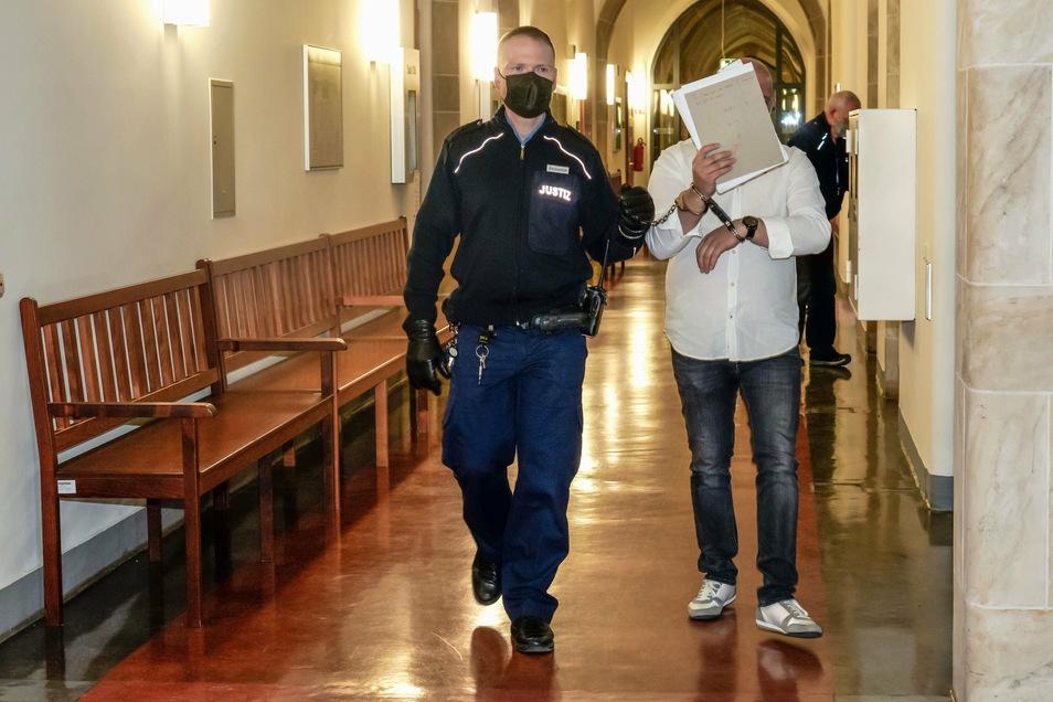 Der mittlerweile 41 Jahre alte Josef A. aus Bautzen muss für dreieinhalb Jahre in Haft. Gegen das Urteil kann er noch Rechtsmittel einlegen.