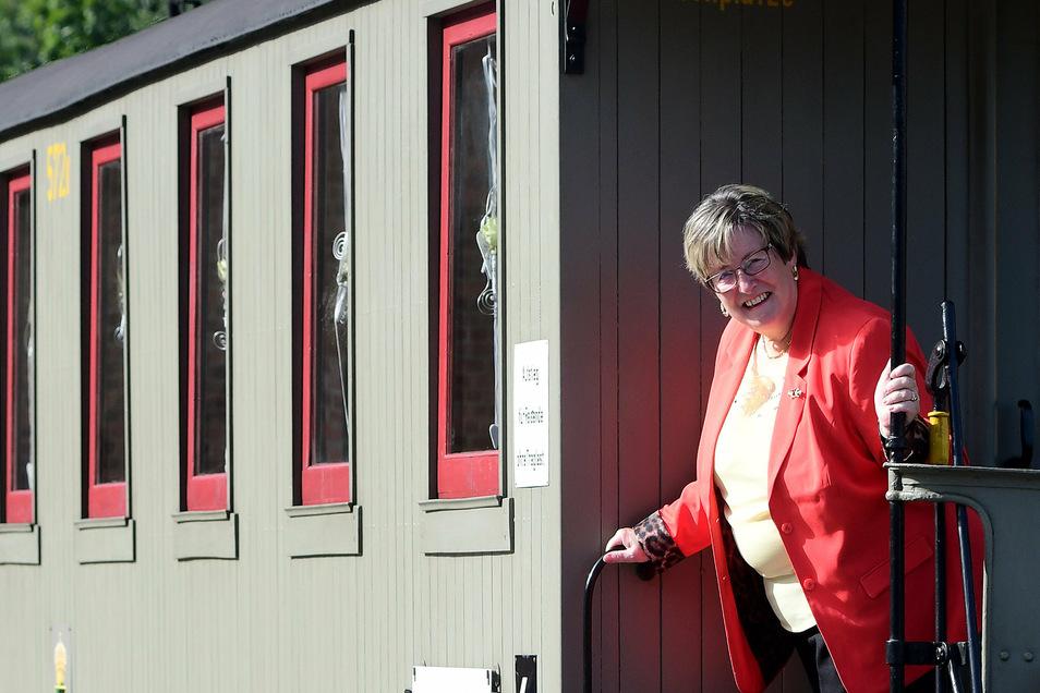 Zittaus Standesbeamtin Petra Wießner hat am Wochenende ihre letzten Trauungen im Hochzeitswaggon vollzogen.