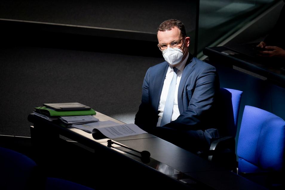 """Jens Spahns Ministerium zahlte bei Schutzmasken """"eine deutliche Überkompensation"""" zugunsten der Apotheken, kritisiert der Bundesrechnungshof."""