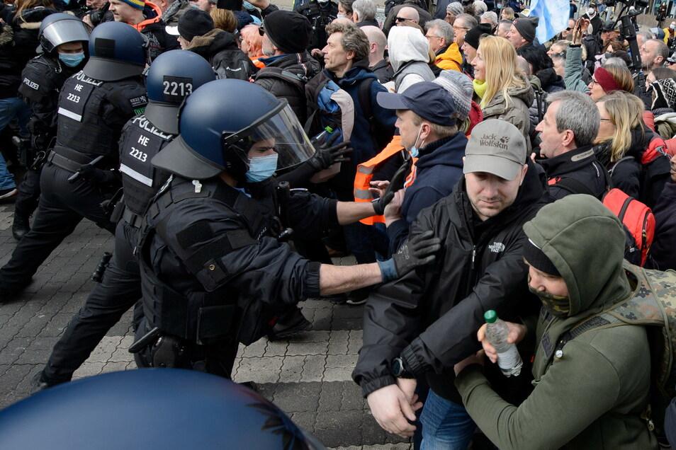 Die meisten Demonstranten hielten sich nicht an die Auflage, Mund- und Nasenschutz zu tragen.