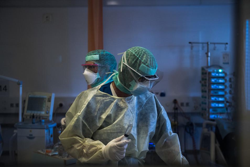"Ärzte behandeln einen Coronavirus-Patienten im Kantonsspital ""La Carita"" in Locarno."