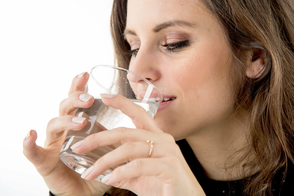 Mindestens zwei Liter Wasser am Tag trinken - das kann die Haut beim Fasten unterstützen.
