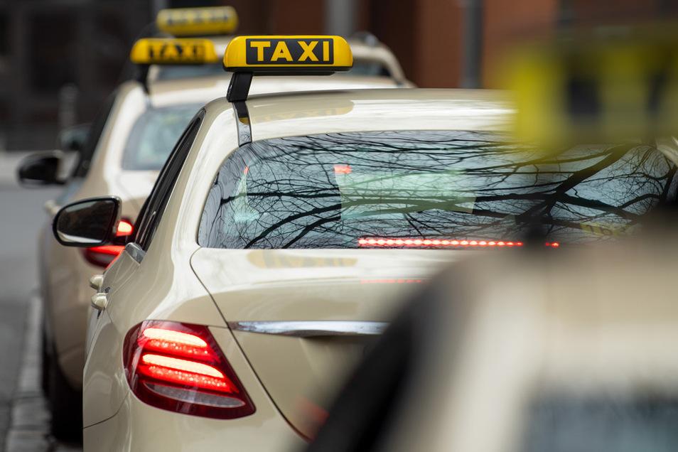 In Zwickau ist die Flucht eines Fahrgastes aus einem Taxi schief gegangen.