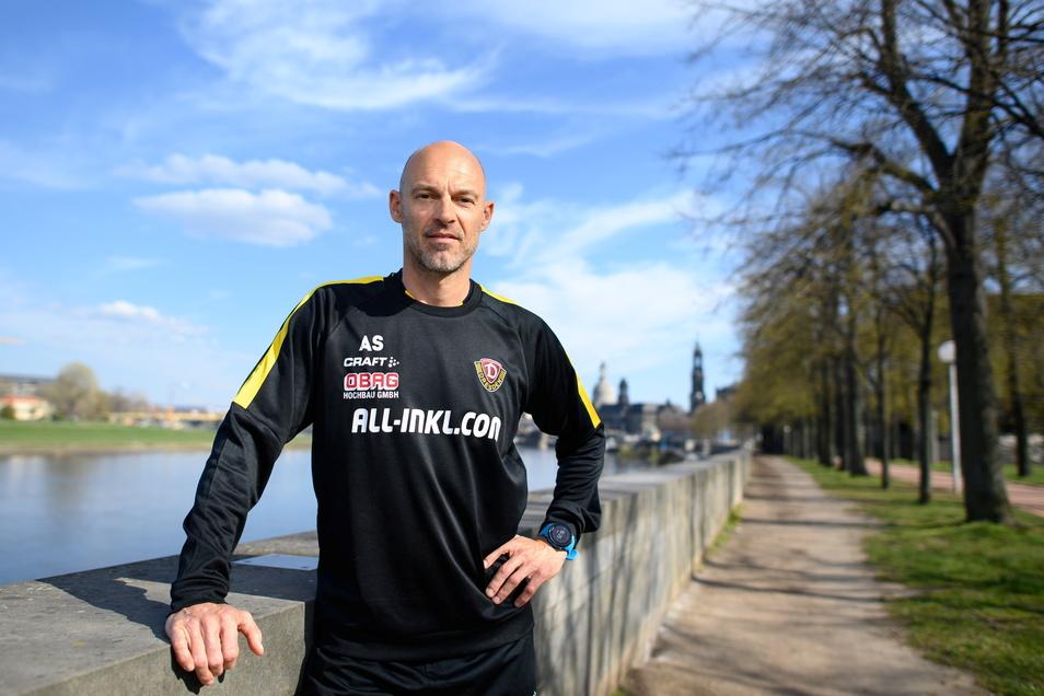 Angekommen in Dresden, aber Zeit für einen entspannten Stadtbummel bleibt Dynamos neuem Cheftrainer Alexander Schmidt keine. Für den Fototermin kommt er kurz aus dem Hotel an die Elbe.