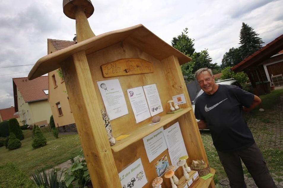 Vor seinem Haus hat Eckart Klett eine Infotafel aufgestellt. Dort sind die Termine seiner nächsten Veranstaltungen aufgeführt. Unter anderem ist nachzulesen, wo die nächsten Vorträge stattfinden. Aber auch Giftnotrufnummern sind vermerkt.