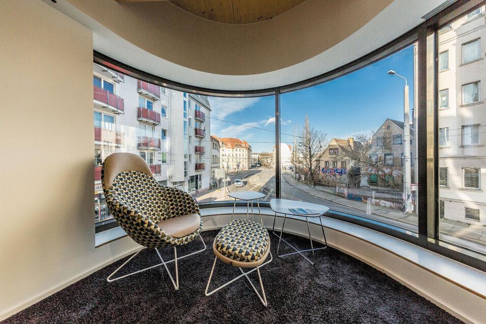 Schicker Ausblick: Die abgerundeten Fenster verleihen auch den Räumen im Inneren einen interessanten Grundriss – und einen Lieblingsplatz.
