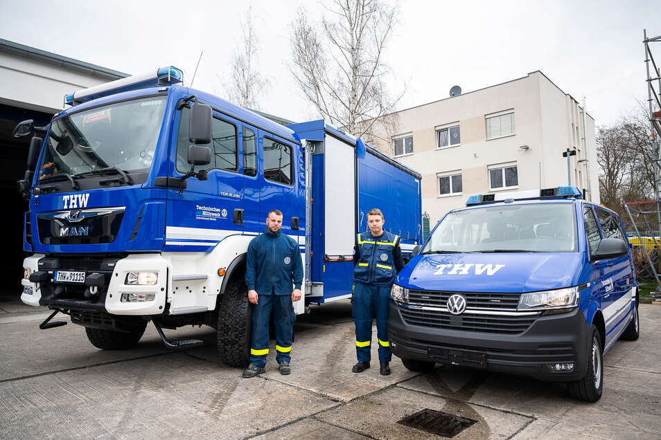 Jens Schulze und Marcel Seidel (von links) freuen sich über zwei nagelneue Fahrzeuge, die die Flotte des Ortsverbandes Görlitz des Technischen Hilfswerkes ergänzen.