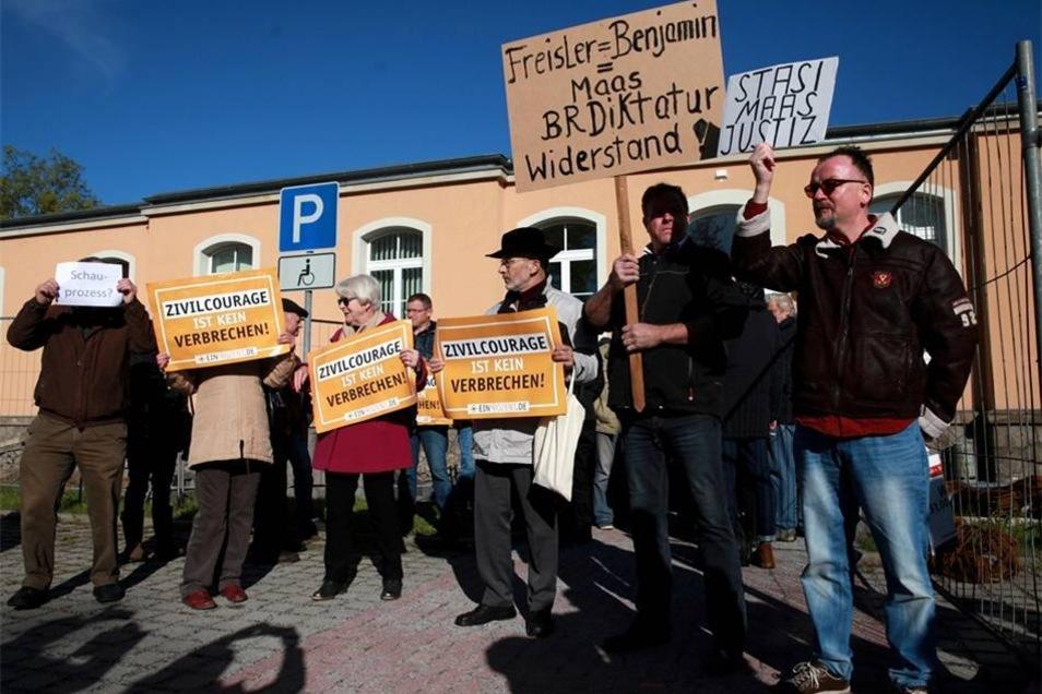 Bis 9 Uhr füllte sich der Platz vor dem Amtsgericht an der Macherstraße.