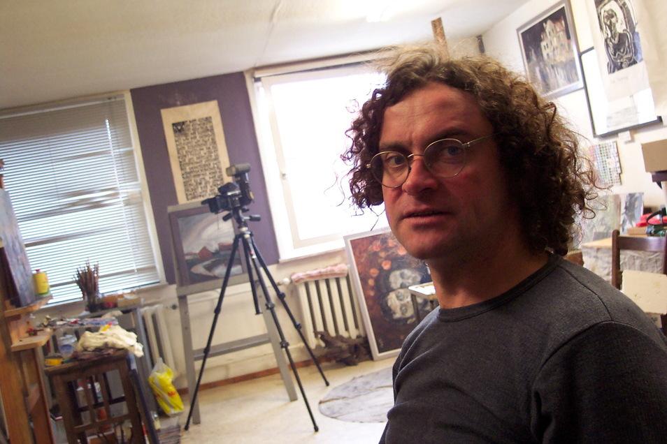 Jens Hackel im Atelier, das er gemeinsam mit Falk Nützsche nutzte.