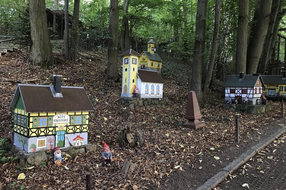 Ein Freund des Tierparkchefs baute ihm mitten in den Wald ein Zwergenland.