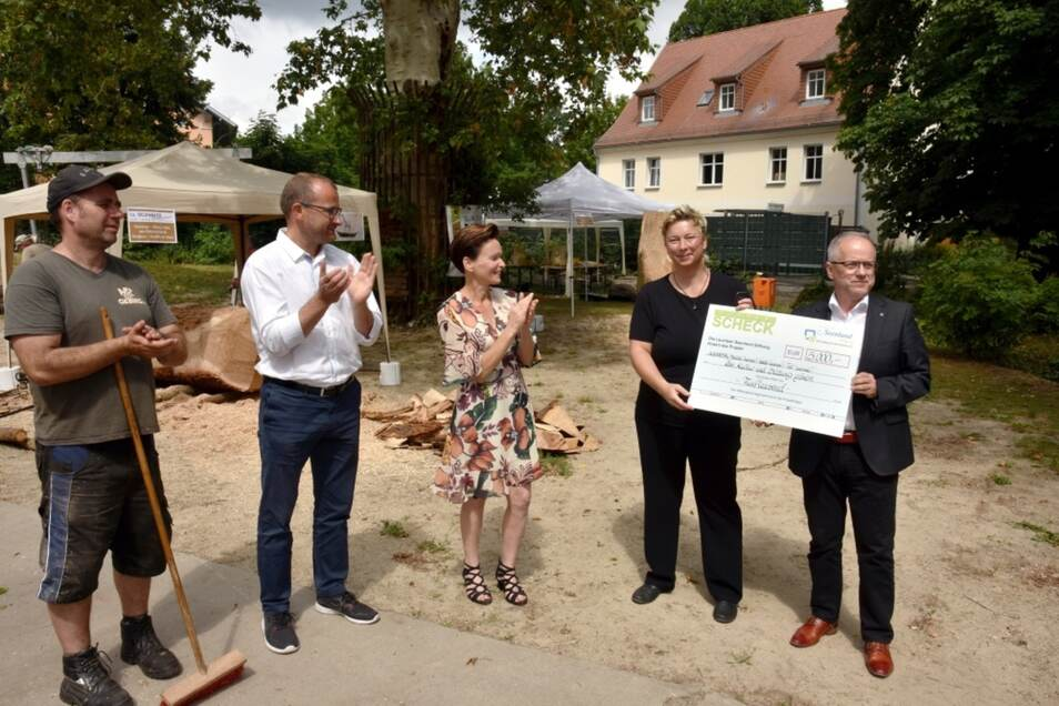 Stefan Skora (re.) überreichte gestern als Stiftungsratsvorsitzender der Lausitzer Seenland Stiftung an ZooKultur-Prokuristin Kerstin Noack einen Scheck über 5 000 Euro für das Bildhauersymposium.