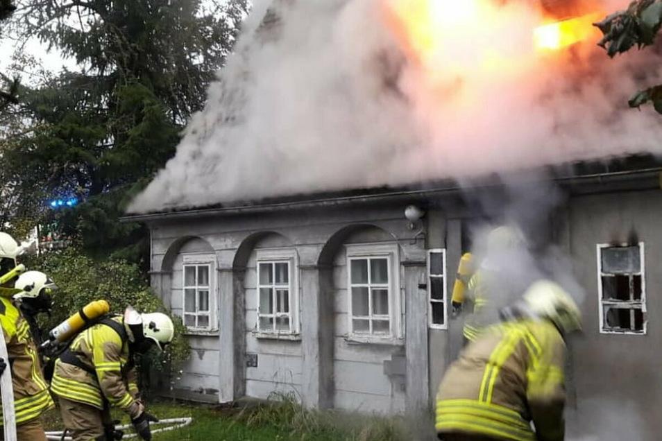 Am 3. Oktober 2019 brannte ein Umgebindehaus in Neugersdorf. Jetzt steht der mutmaßliche Brandstifter vor Gericht.