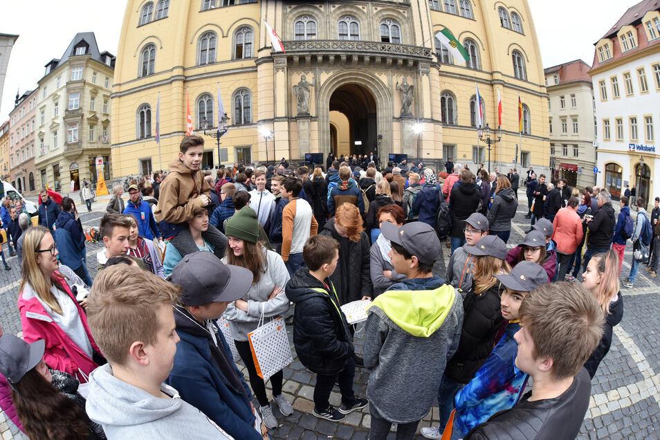 Frühaufsteher: Trotz der Kälte und der frühen Stunde sind viele Zuschauer auf den Marktplatz gekommen.