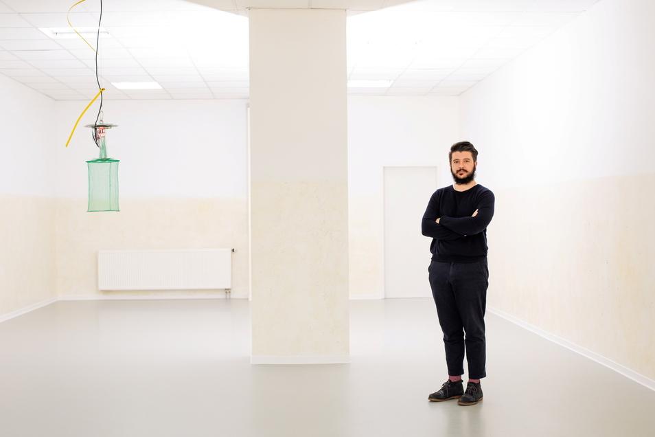 Ausstellung von Mira Dayal und Beto Shwafaty im Kunstverein Dresden. Im Foto: Kurator Alessandro Facente