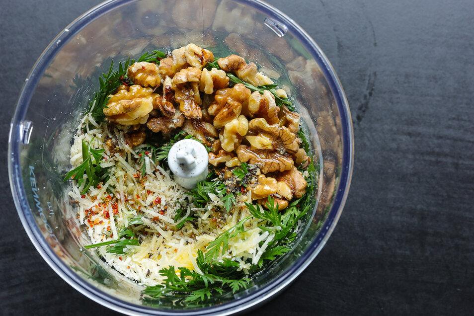 Selber kochen ist durch den Lockdown angesagt. Karottengrün Pesto im Küchenmixer.