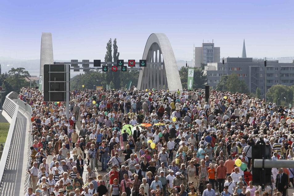 Über diese Brücke musst Du gehen, dachten sich viele Menschen am 24. und 25. August 2013. Am Eröffnungswochenende kamen rund 190.000 Besucher, um die Waldschlößchenbrücke zu testen.