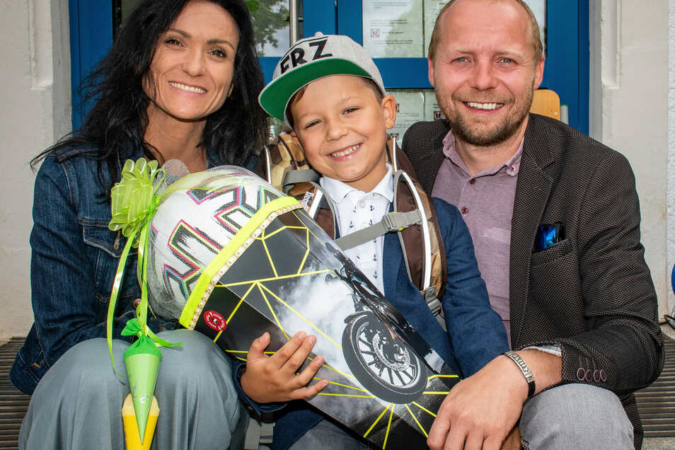 Fritz Fleiss besucht künftig die Kunzemannschule Döbeln und freut sich mit seinen Eltern Tina Fleiss-Lienkämper und Sandro Fleiss auf den neuen Lebensabschnitt.