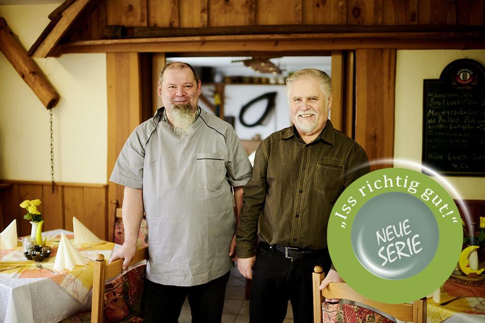 Ronny Olesch (links) ist Koch und Chef der Mondschänke in Oppach. Sein Vater Frank Hauptmann führte zuvor das Lokal, heute hilft er noch mit.