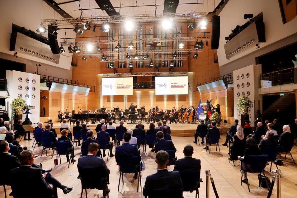 Dirigent Yoel Gamzou dirigiert das Eröffnungskonzert beim Festakt zum Tag der Deutschen Einheit.