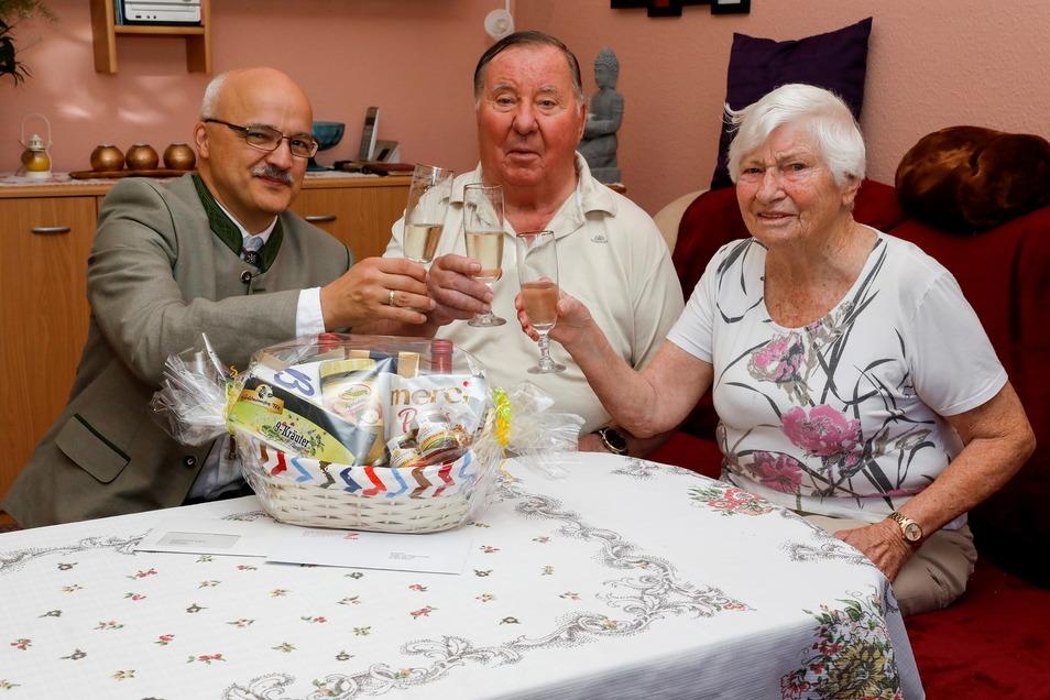 Ein guter Grund zum Anstoßen: Familie Kugler feiert Eiserne Hochzeit, Jörg Domsgen (links) gratulierte in Vertretung für den Oberbürgermeister.