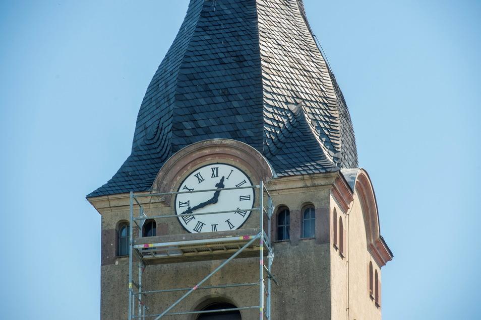 Das neue Ziffernblatt ist Dachdecker und Hausmeister Thomas Löffler zu verdanken.