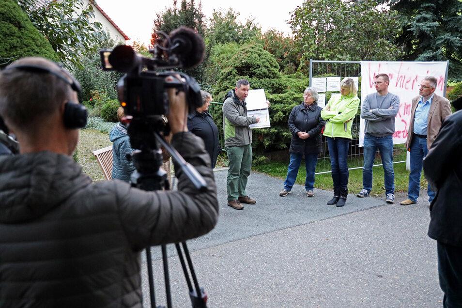 Protest im Blickpunkt: Anwohner von der Langenberger Straße in Zeithain wollen keinen 40-Meter-Mast direkt vor ihrem Haus haben - und setzen dabei auch auf die Öffentlichkeit.
