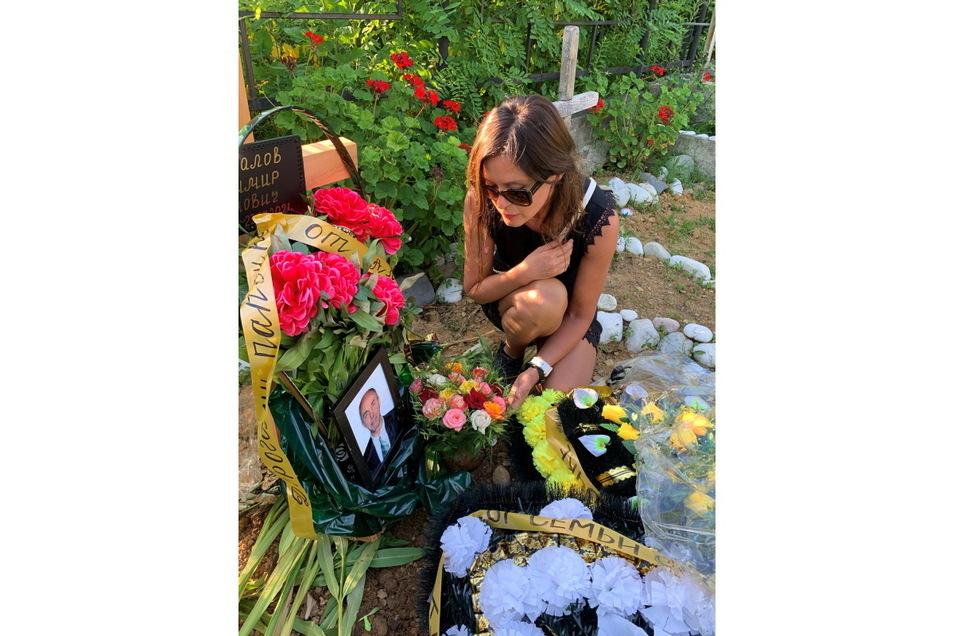 Alona Negrich am Grab ihres Vaters.