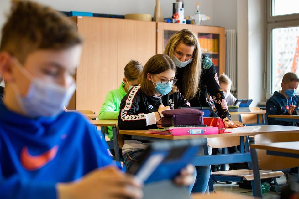 Deutschstunde in der Klasse 6d des Hoyerswerdaer Foucault-Gymnasiums, einer Sportklasse mit Lehrerin Anne Hentschel.