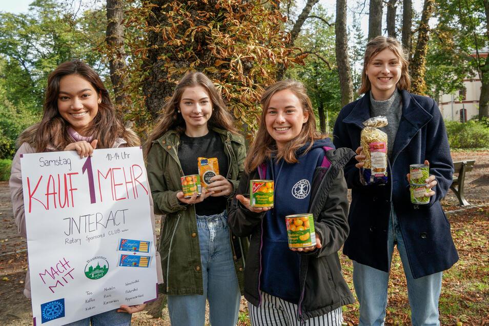 Natcha Wenk, Nele Götze, Nelli Eißler und Klara Lehmann (v.l.) wollen am Sonnabend gemeinsam mit einer weiteren Schülerin vor einem Supermarkt in Bautzen Lebensmittelspenden sammeln.