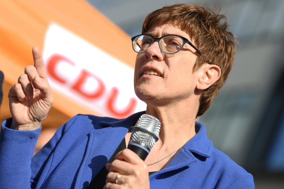 Annegret Kramp-Karrenbauer, Bundesvorsitzende der CDU, spricht auf einer Wahlkampfveranstaltung der CDU Hessen zur Europawahl auf der Einkaufsmeile Zeil.