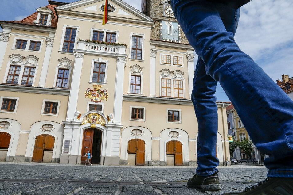 Ein Gang ins Löbauer Rathaus ist zurzeit nicht möglich - es sei denn, man hat einen Termin und ein dringendes Anliegen.