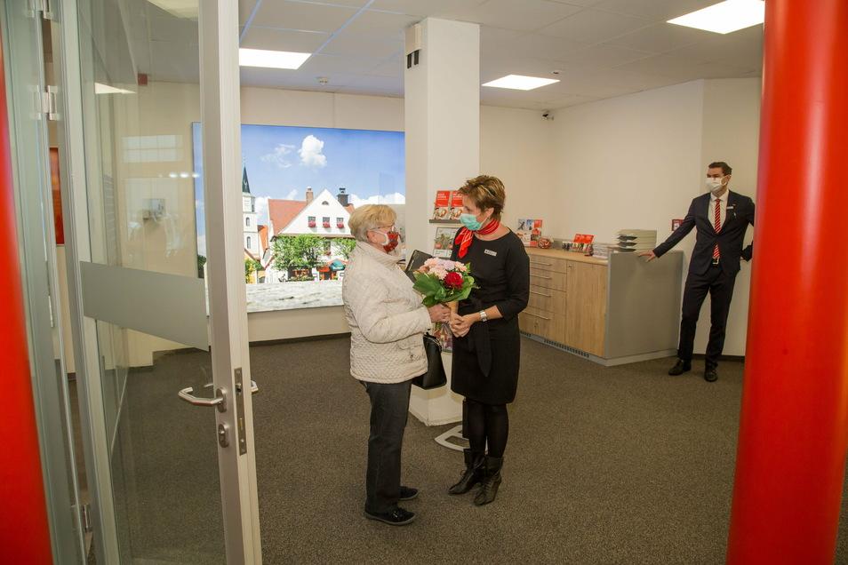 Am Donnerstag wurde die Filiale der Sparkasse in Rothenburg nach sechswöchigem Umbau wieder eröffnet. Christina Hänsch betrat als erste Kundin die neugestalteten Räume und bekam von Filialleiterin Peggy Wünsche einen Blumenstrauß.
