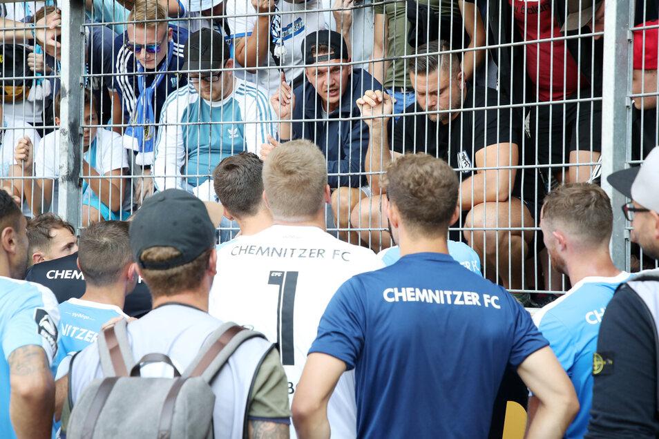 Daniel Frahn (M. mit erhobenen Zeigefinger) diskutiert nach der Partie in Halle mit seinen eigentlichen Mitspielern.