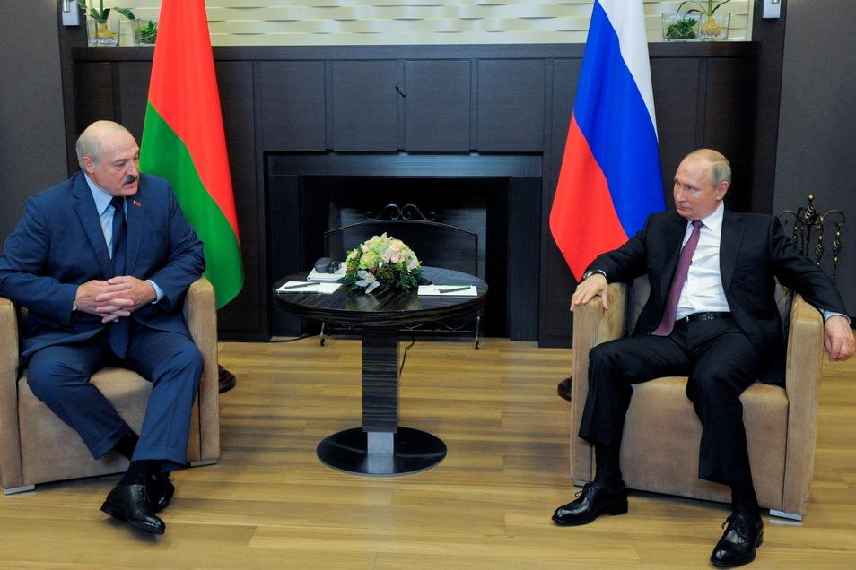 Sotschi: Wladimir Putin (r), Präsident von Russland, und Alexander Lukaschenko, Präsident von Belarus, sprechen während ihres Treffens. Lukaschenko hat sich bei einem Treffen mit Putin über Druck des Westens auf sein Land beklagt.