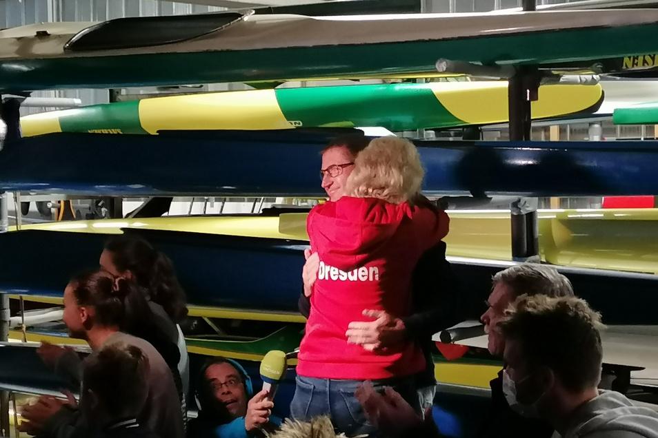 Ria Liebscher sinkt freudetrunken in die Arme ihres Mannes Tino. Die Eltern des Olympiasiegers sind komplett aus dem Häuschen.