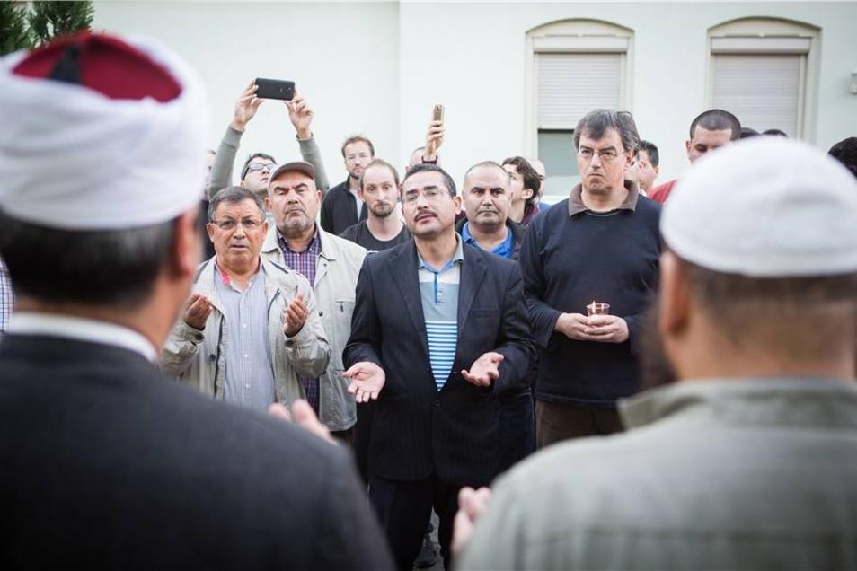 Der 46-jährige Imam Hamza Turan (m.) beim Gebet in der Gedenkminute