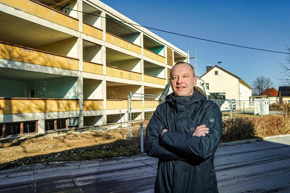 Burkaus Bürgermeister Sebastian Hein steht vor der ehemaligen Mittelschule. Hier soll ein neues Hortgebäude entstehen.