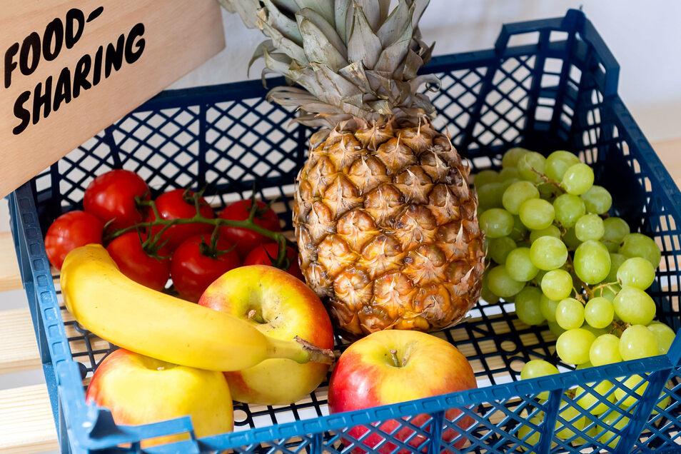 Vom Apfel bis zur Ananas - wer Lebensmittel übrig hat, kann sie im Fairteiler ablegen.